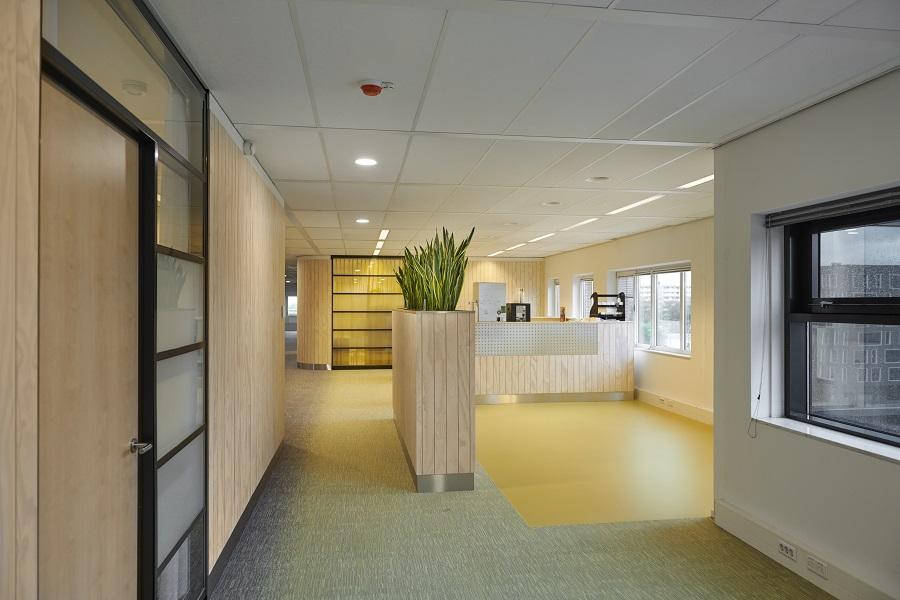Hermeta-Interieurbouw-Anton-de-Komplein-maatwerk-pantry-kantoortuin-stadskantoor-architect